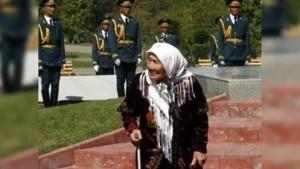 So eine Frau bekommt nie ein Nobelpreis...In Kirgisien ist eine Frau Toktogon Aldibassarowa gestorben, die 150 Kinder im 2WK aus dem blockierten Leningrad adoptiert und hochgezogen hat, die auch 8 eigene Kinder, 23 Enkelkinder und 13 Urenkel hat.