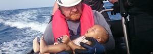 Sea Watch Helfer mit ertrunkenem Baby